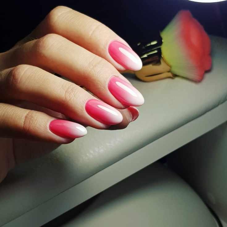 Маникюр розовый с белым градиент на овальные ногти средней длины