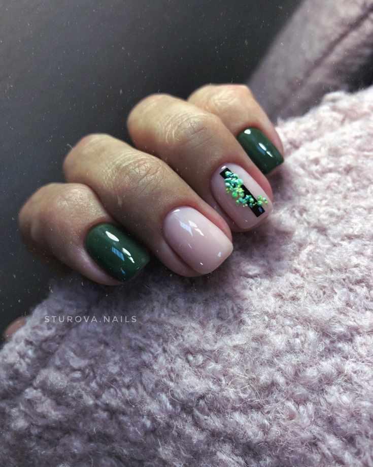 Белый молочный с зеленым маникюр на короткие квадратные ногти с черной вертикальной полоской и пятнами на безымянном пальце