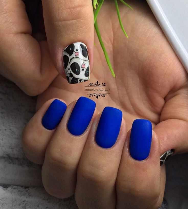 Синий короткий маникюр
