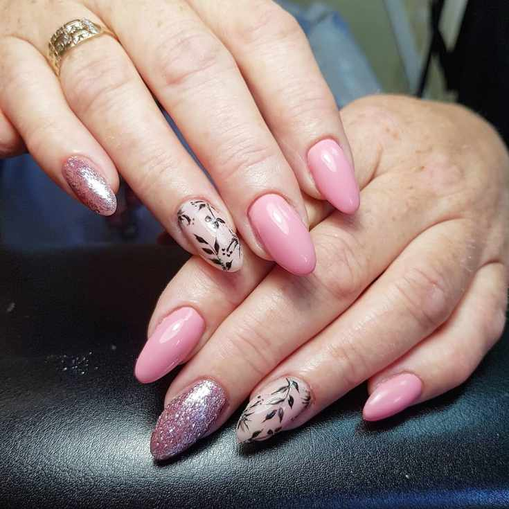 Розовый с бежевым миндальный маникюр с черными рисунками растений и розовым глиттером