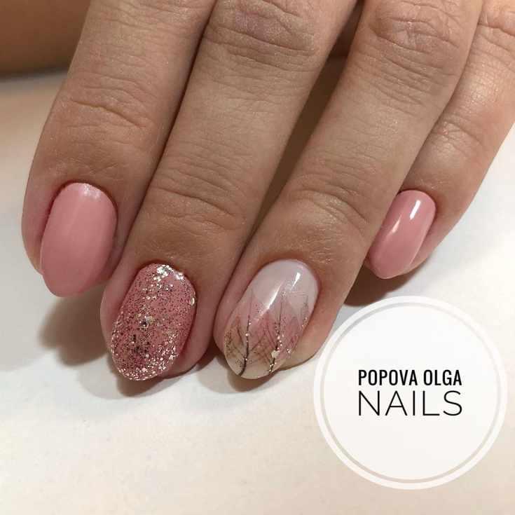 Розовый осенний маникюр с глиттером на короткие овальные ногти с оттиском листьев на безымянном ногте