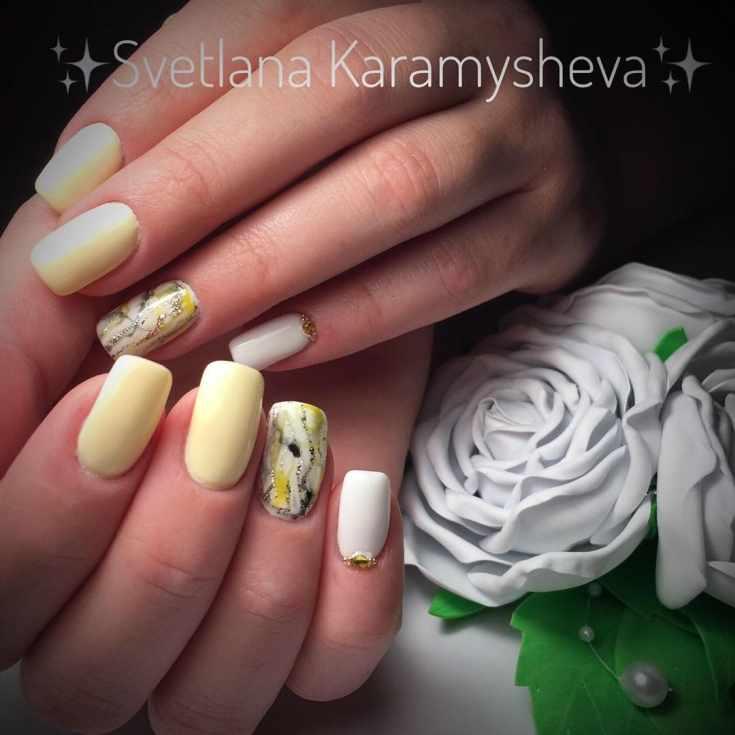 Маникюр белый с жёлтым