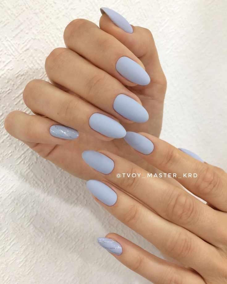 Матовый серо-голубой одноцветный свадебный маникюр миндаль с серебристыми полосками на мизинце