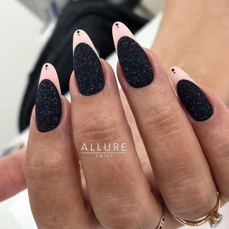 Черный песочный маникюр френч на длинные миндальные ногти с нюдовой улыбкой и точками