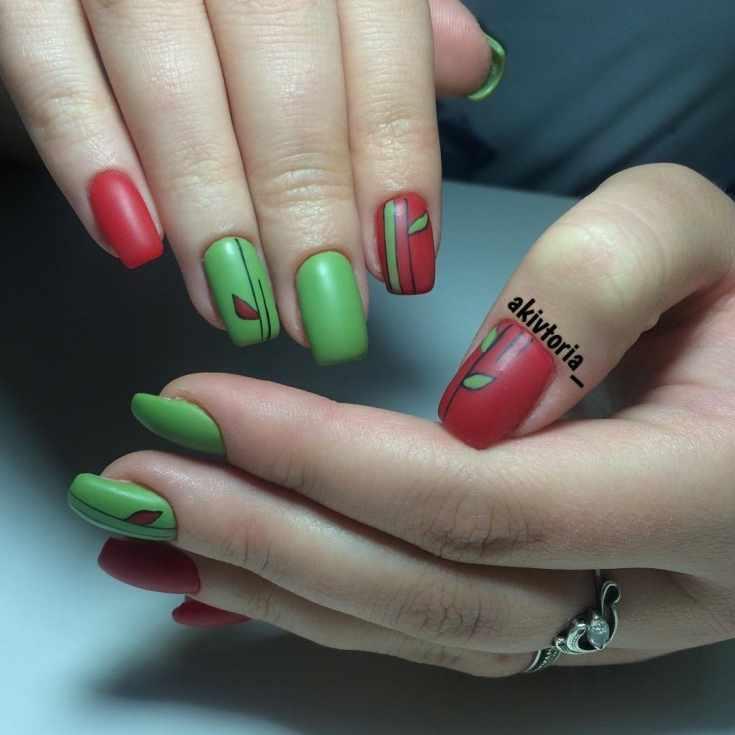 Маникюр зелёный с красным