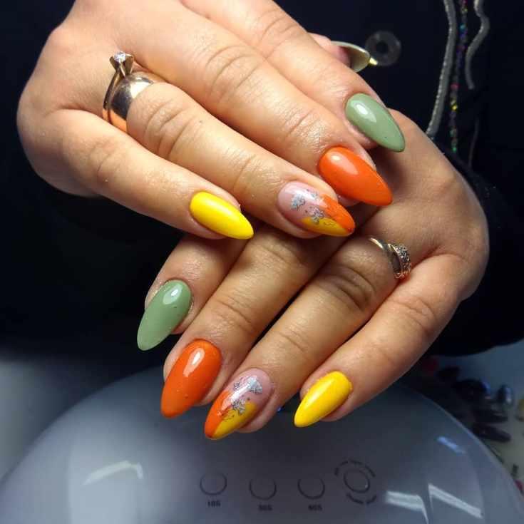 Оранжевый с желтым и зеленым маникюр осень с цветочными наклейками на длинные ногти миндалевидной формы
