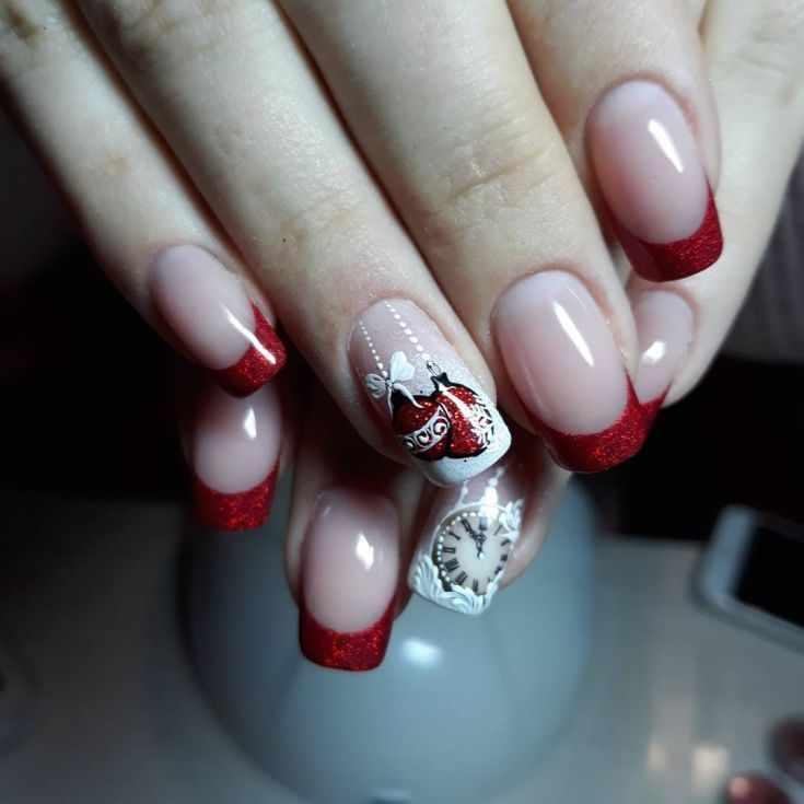 красный френч на ногтях