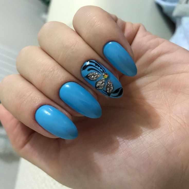 Приглушённый синий дизайн миндальных ногтей средней длины с цветочным дизайном на безымянном пальце
