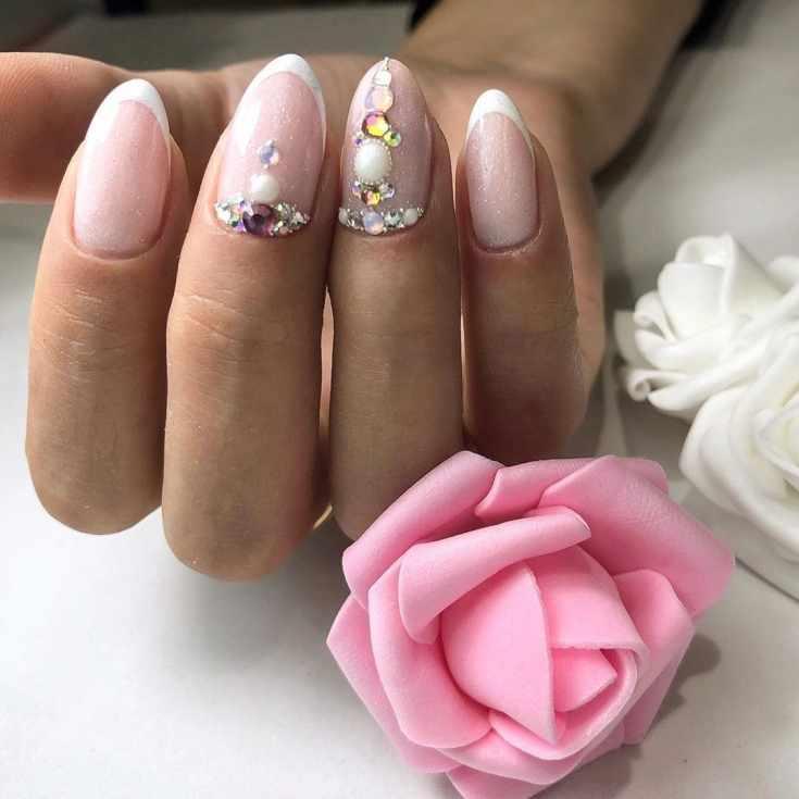 Свадебный нюдовый блестящий френч с белой улыбкой, стразами и бульонками на коротких миндалевидных ногтях