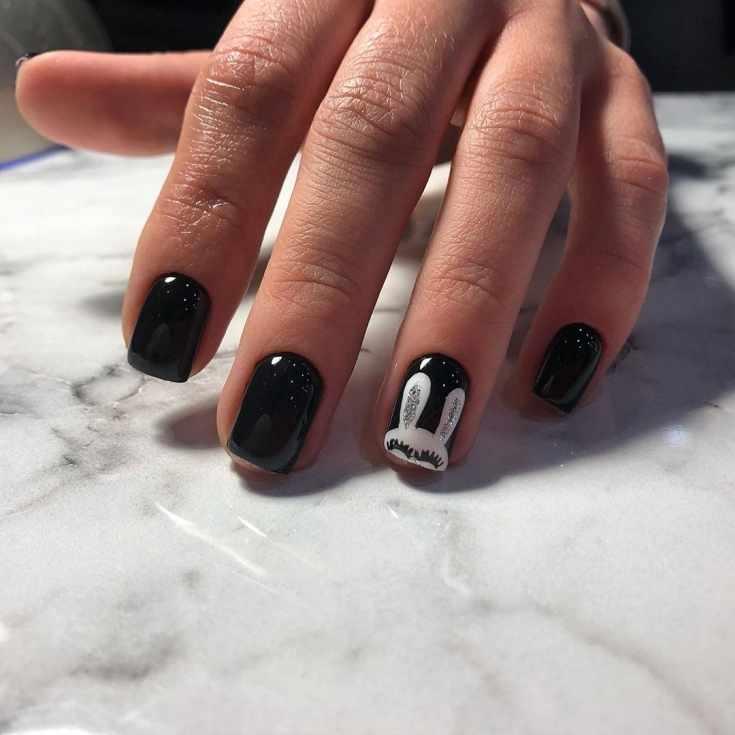 Черный короткий маникюр на квадратные ногти с рисунком белого зайчика на безымянном пальце