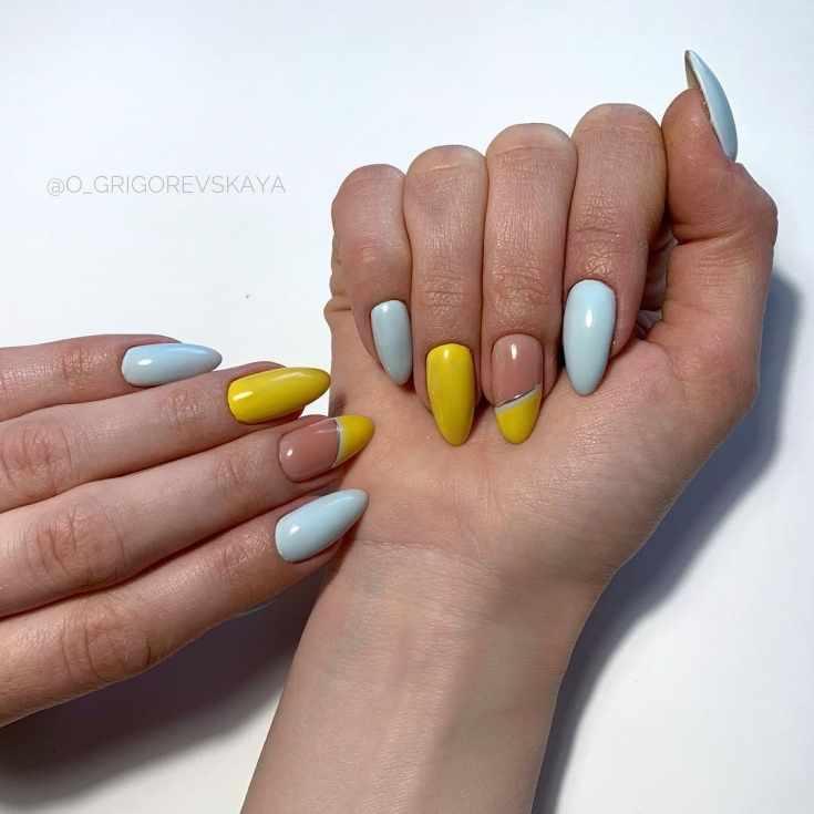 Маникюр голубой с жёлтым