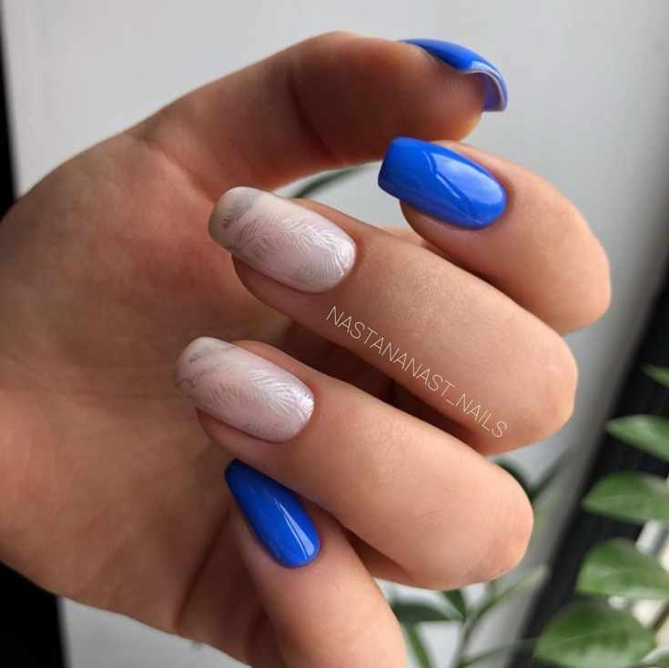 Синий с молочным белым маникюр на средний квадрат с серебристыми штампами перьев