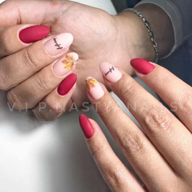 Красный с нюдовым матовый миндалевидный маникюр с осенним дизайном на двух ногтях