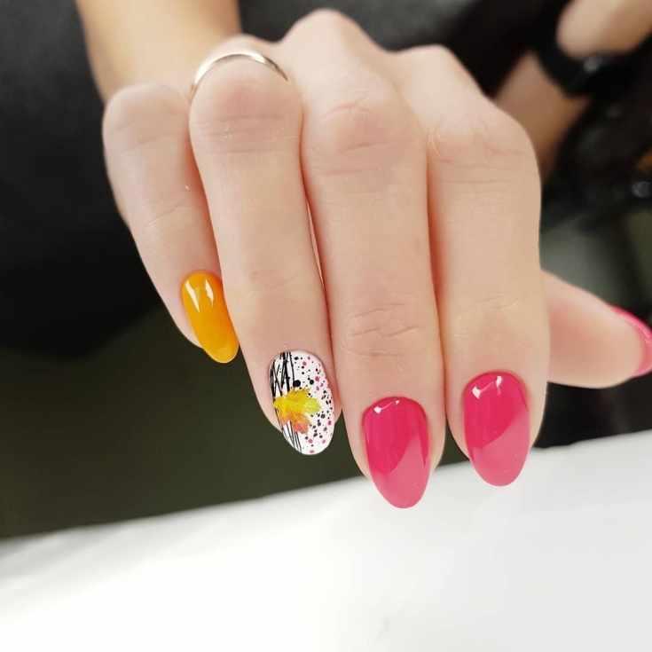 Розовый с белым и оранжевым осенний маникюр с разноцветными точками и кленовым листочком на короткие овальные ногти