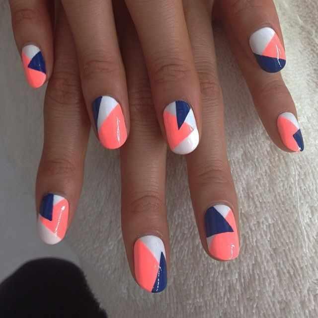 геометрический дизайн ногтей синий и розовый треугольники