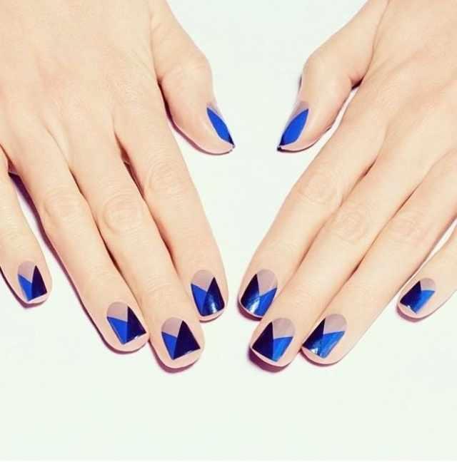 геометрический дизайн ногтей синий