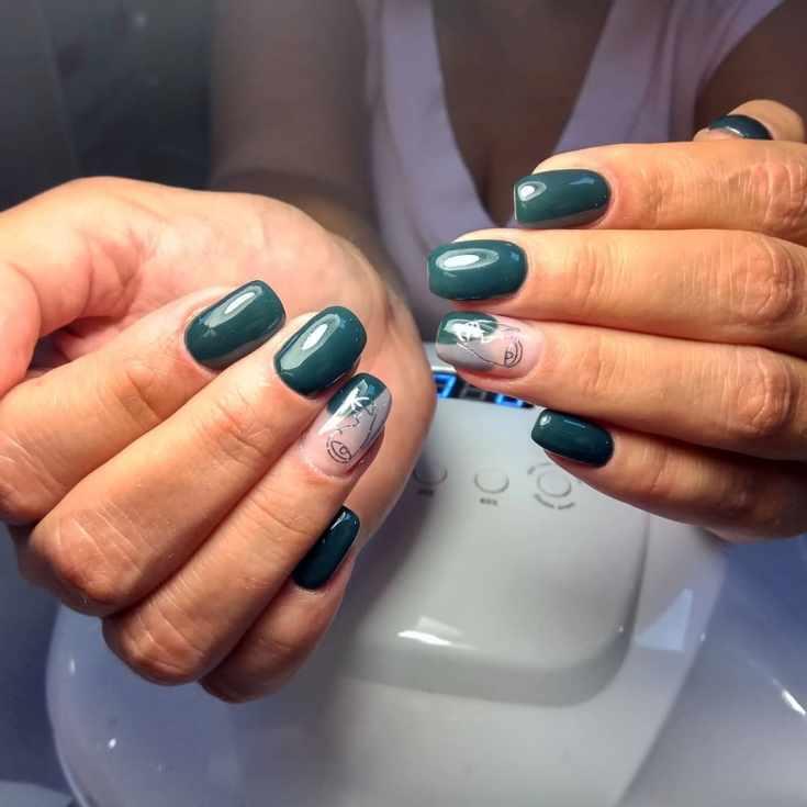 Зеленый с бежевым маникюр с серебристыми контурами лица на квадратные ногти средней длины