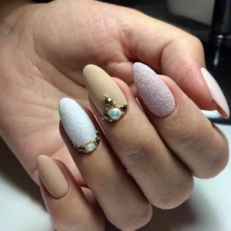 Матовый трехцветный маникюр на миндалевидные ногти с пудрой, стразами и бульонками