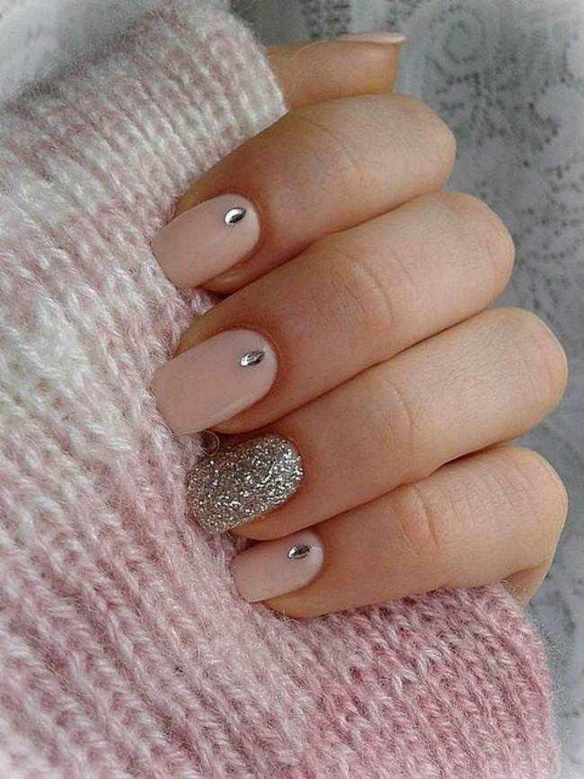 Розовый дизайн ногтей с блестками и стразами