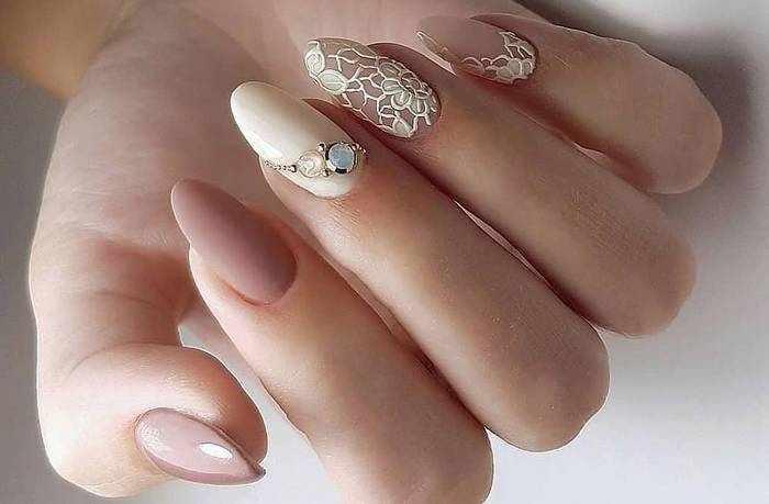 Стильный нюдовый дизайн ногтей