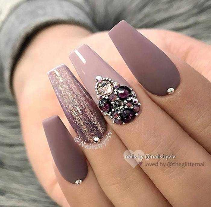 Матовый дизайн ногтей со стразами