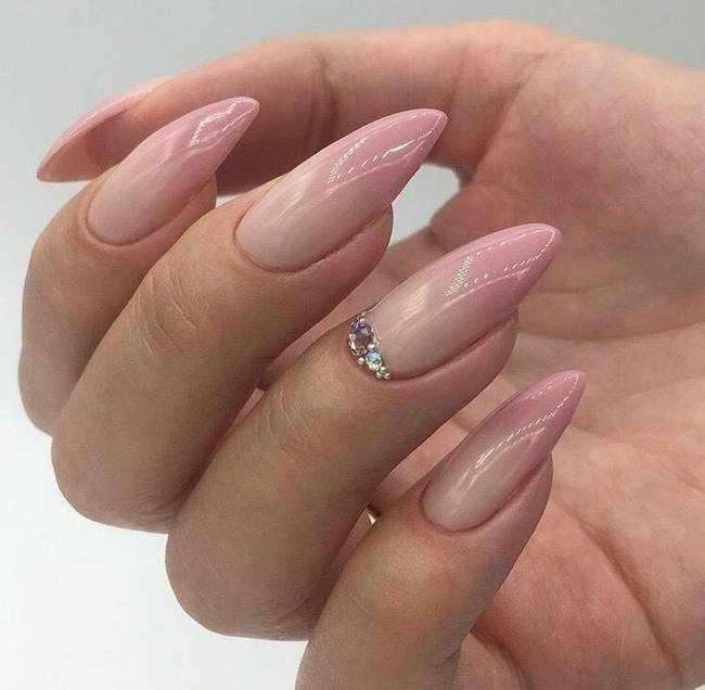 Розовый маникюр в бежевом дизайне ногтей
