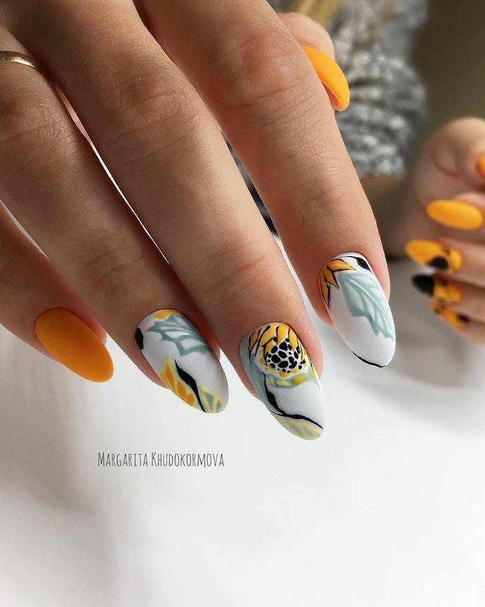 Матовые ногти миндальной формы