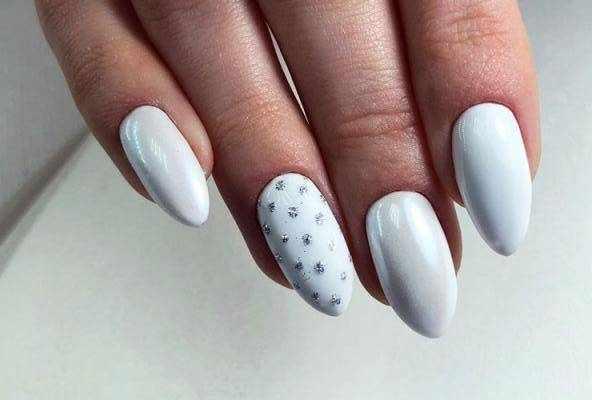 Белые ногти с серебром