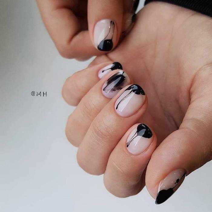 Модный черный дизайн ногтей