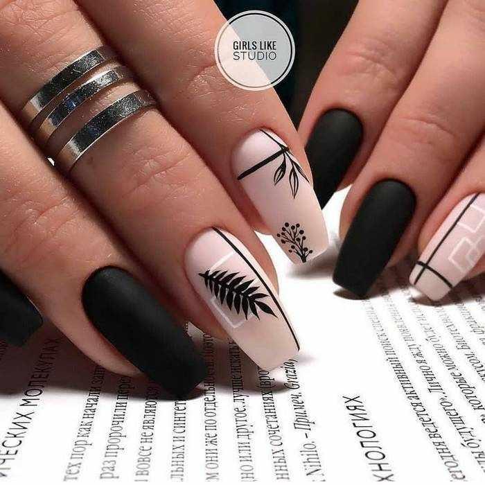 Черный дизайн ногтей с рисунками