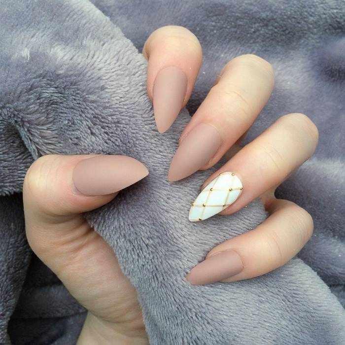 Матовый бежевый дизайн ногтей