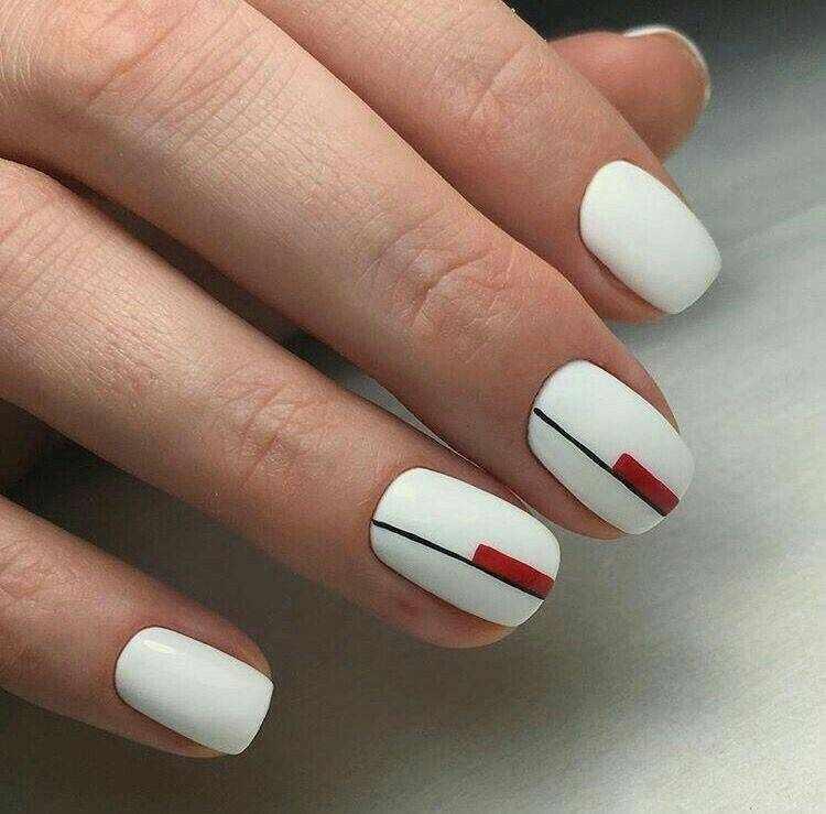 Белые ногти с дизайном