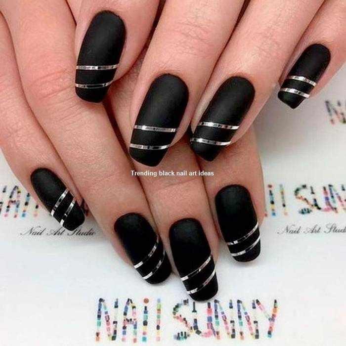 Черный матовый дизайн ногтей с серебром