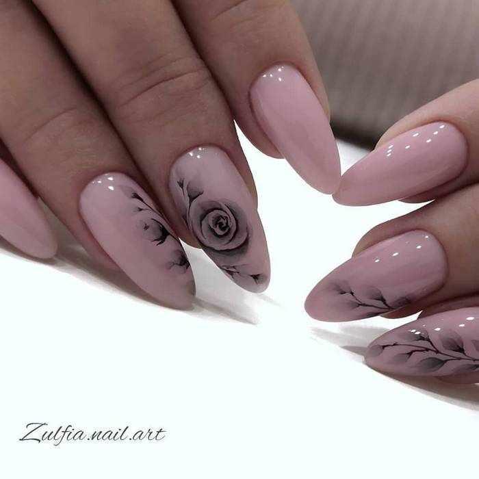 Красивые узоры на нюдовых ногтях