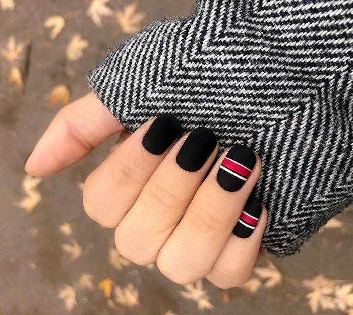 Матовый маникюр черным лаком для ногтей