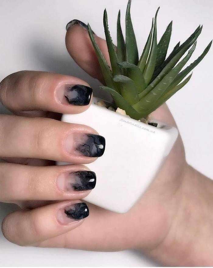 Омбре маникюр в черном цвете