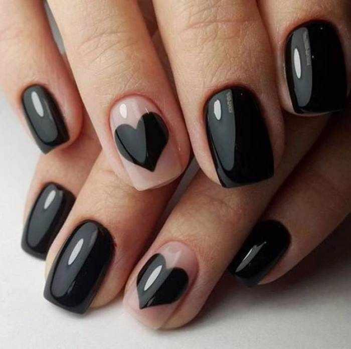 Черный глянцевый маникюр с сердечком