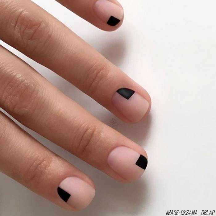 Черный минимализм на ногтях