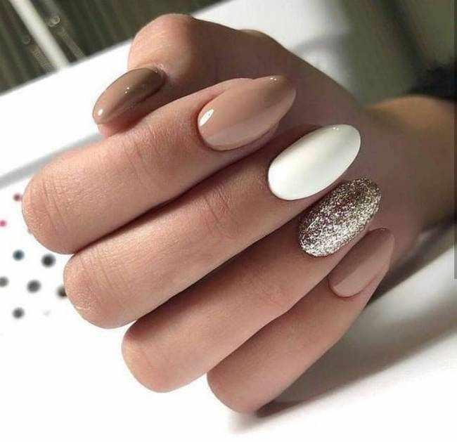 Бежевые ногти с золотом