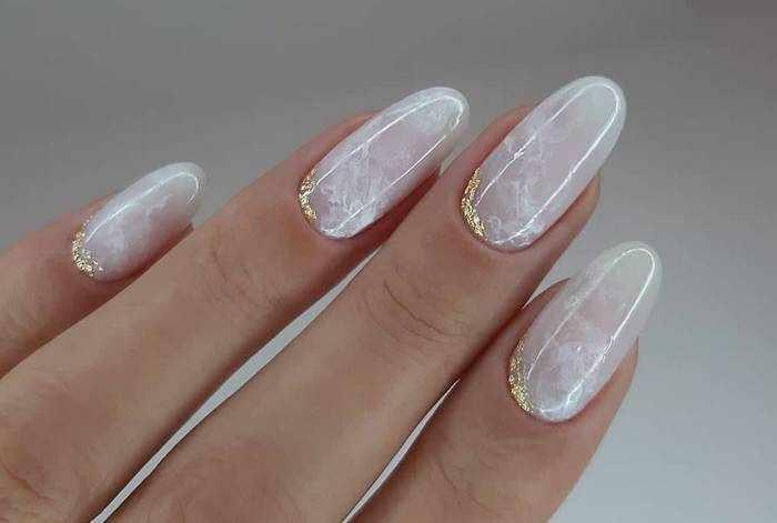 Стильный дизайн нюдовых ногтей с золотом