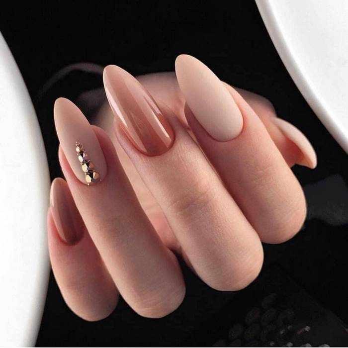 Стильный дизайн ногтей в нюдовом маникюре