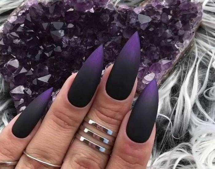 Черно-фиолетовый омбре маникюр