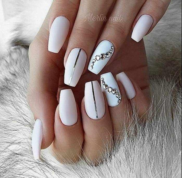 Матовый белый дизайн ногтей