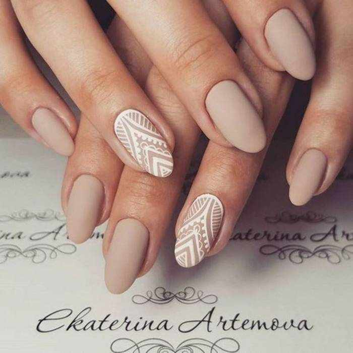 Узоры на ногтях в нюдовом маникюре