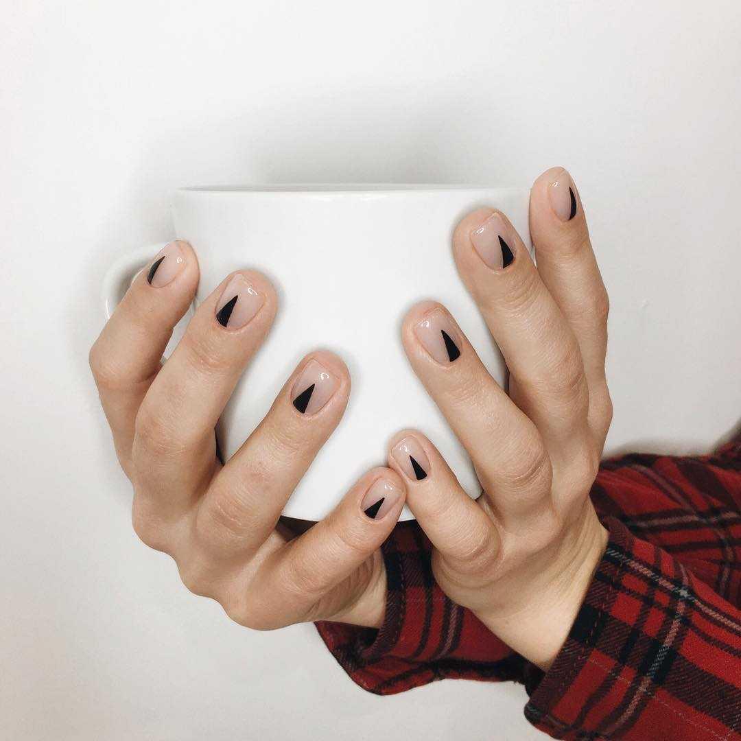 лунный маникюр на коротких ногтях